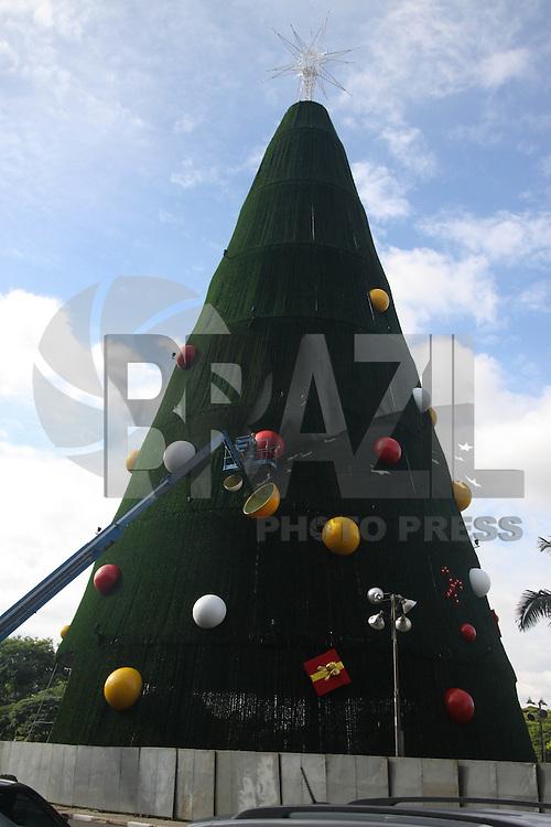 SAO PAULO, SP, 11.12.2014 – MONTAGEM ARVORE DE NATAL DO IBIRAPUERA - Montagem da árvore de natal do parque do Ibirapuera em São Paulo, na manhã desta quinta-feira (11). (Foto: Marcos Moraes / Brazil Photo Press).
