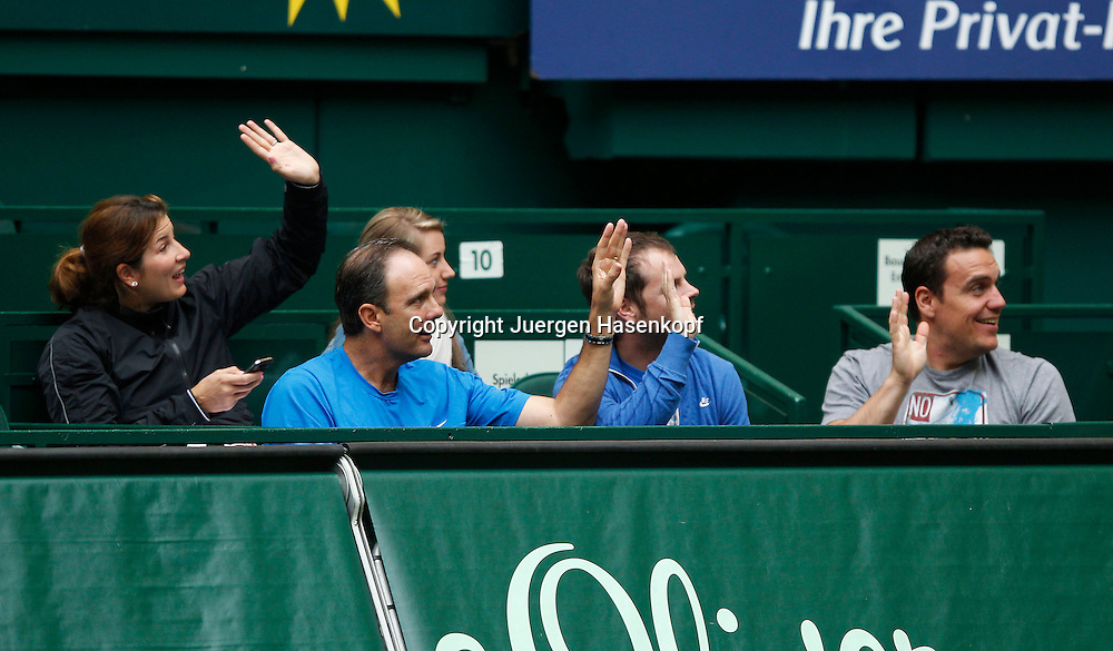 Gerry Weber Open 2012, ATP World Tour, Rasentennis Turnier, International Series,Gerry Weber Stadion, Grasplatz, Halle/Westfalen,.der Roger Federer (SUI) Clan in der Spieler Loge winkt zu den Kindern die auf der Tribuene sitzen,L-R.Mirka Federer,Trainer Paul Annacone,Severin Luethi und Physiotherapeut Stephane Vivier,Halbkoerper,Querformat,Feature