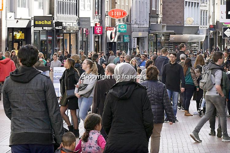 Nederland, Nijmegen, 12-3-2017 Drukte in het centrum. Winkelstraat in Nijmegen. Koopzondag, zondag,zondagsrust .   Winkelend publiek, mensen, FOTO: FLIP FRANSSEN