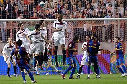 03-03-2007 VOETBAL: SEVILLA FC - BARCELONA: SEVILLA  <br /> Sevilla wint de topper met Barcelona met 2-1 / Vrije trap van Xavi ging over de muur met Poulsen, Marti, Kanoute, Eto O en Navas<br /> ©2006-WWW.FOTOHOOGENDOORN.NL