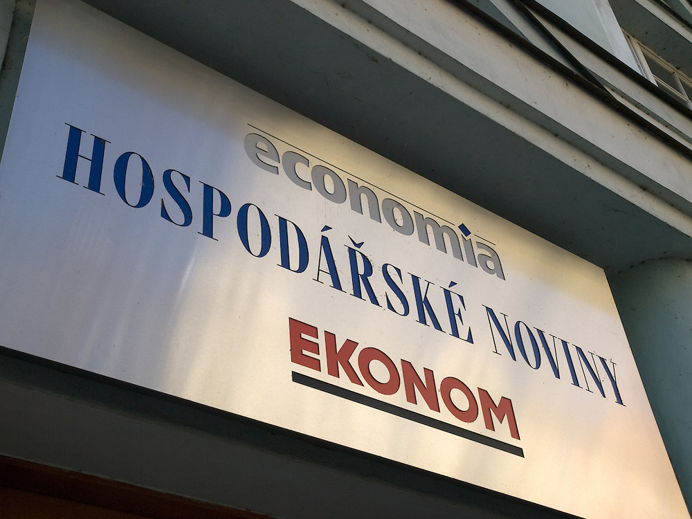Redaktionsgebäude der tschechischen Wirtschaftszeitung Hospodarske Noviny (auf Deutsch Wirtschaftsnachrichten) in der Dobrovskehostraße in Prag 7. Hospodarske Noviny wird herausgegeben von Economia a. s., einer Aktiengesellschaft, die zur Dow Jones - Handelsblatt GmbH gehört und steht derzeit zum Verkauf.<br /> <br /> Logo of the Czech daily newspaper Hospodarske noviny. HN is a leading economic and political daily newspaper in the Czech Republic. It particularly covers events connected with economic developments both in the Czech Republic and abroad but also features news, analysis, and reportage from the Czech and international political scenes.