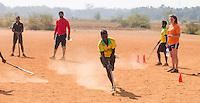 KHUNTI (Jharkhand) -  Trainersopleiding   - ONE MILLION HOCKEY LEGS  is een project , geïnitieerd door de Nederlandse- en Indiase overheid, met het doel om trainers en coaches op te leiden en  500.000 kinderen in India te laten hockeyen.  Ex international Floris Jan Bovelander    is een van de oprichters en het gezicht van OMHL.  rechts Lotte vd Bant. COPYRIGHT KOEN SUYK