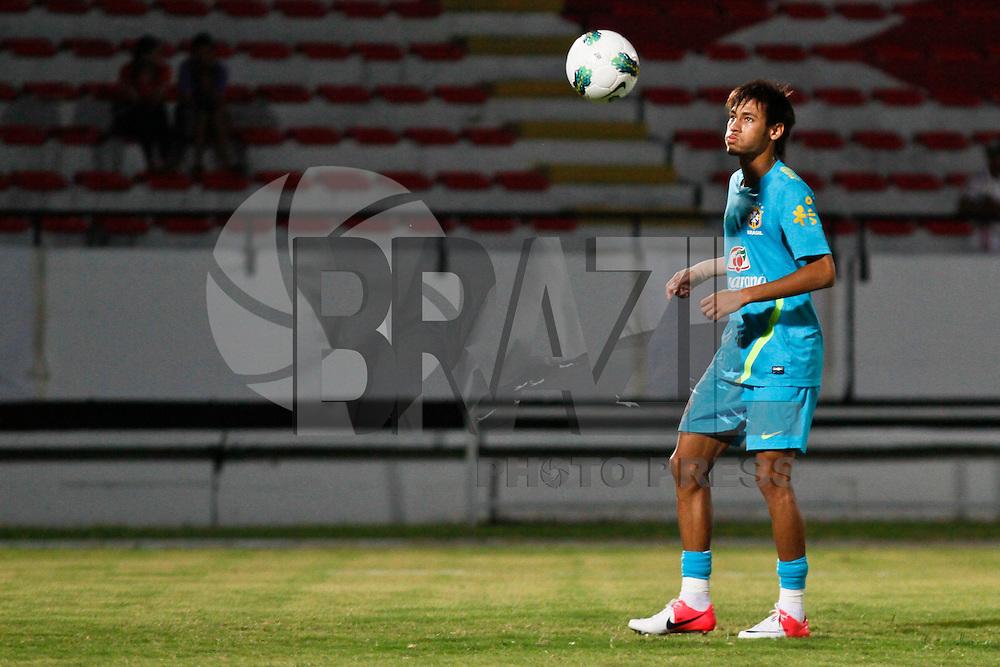 ATENÇÃO EDITOR: FOTO EMBARGADA PARA VEÍCULOS INTERNACIONAIS - RECIFE,PE,09 SETEMBRO 2012 - TREINO SELEÇÃO BRASILEIRA - Neymar  durante treino da seleção brasileira na tarde de hoje no Estadio do Arruda em Recife.FOTO ALE VIANNA - BRAZIL PHOTO PRESS.