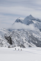 WA09025-00...WASHINGTON - Snowshoeing in the Heather Meadows Recreation Area near Artist Point. (no MR)
