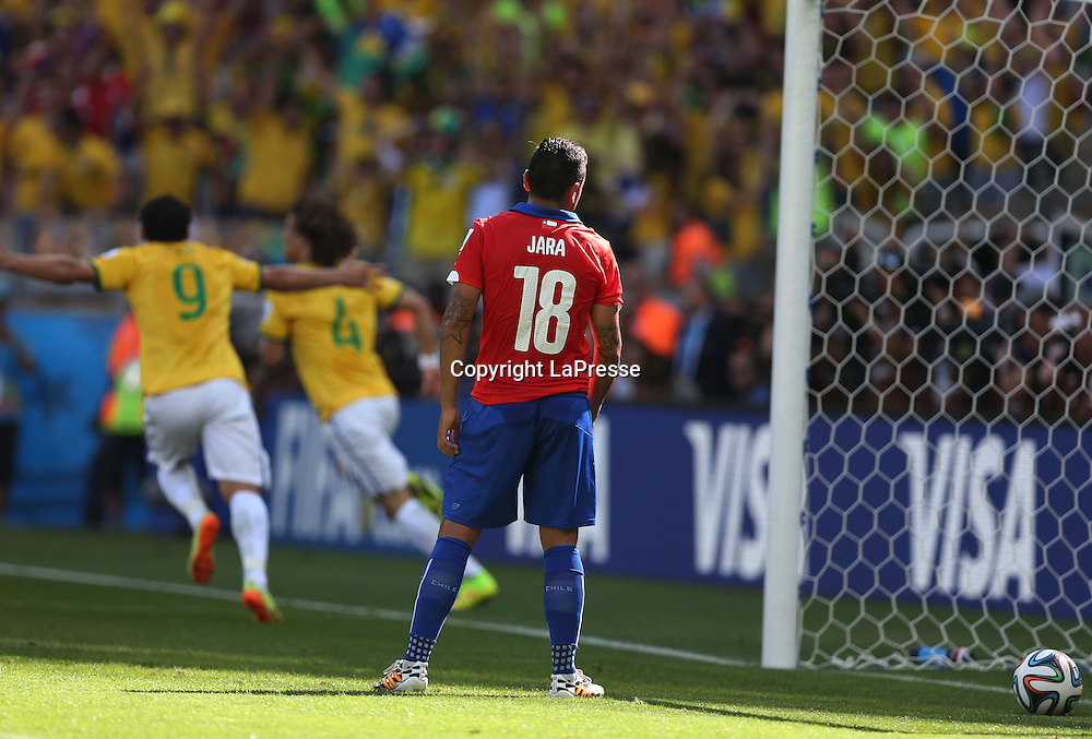 Foto Spada - LaPresse<br /> 28 06 2014 Stadio Minerao , Belo Horizonte (Brasile)<br /> sport calcio<br /> Mondiali di Calcio 2014 Brasile vs Cile <br /> nella foto: david luiz esultanza dopo gol 1-0 delusione jara<br /> <br /> Photo Spada - LaPresse<br /> 28 06 2014 Minerao Stadium, Belo Horizonte (Brazil)<br /> sport soccer<br /> Brazil World Cup 2014, Brazil vs Chile<br /> in the picture:david luiz celebrate after scoring 1-0 delusion to jara
