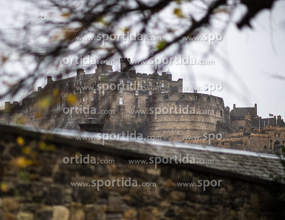 THEMENBILD - Edinburgh Castle. Schottlands Hauptstadt Edinburgh ist die zweitgrößte Stadt Schottlands. Aufgenommen am 27.10.2014 in Edinburgh, Schottland // Edinburgh castle on castle rock. Edinburgh, capital city of scotland. Edinburgh, Scotland on 2014/10/27. EXPA Pictures © 2014, PhotoCredit: EXPA/ Michael Gruber
