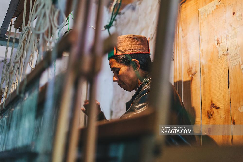 A kinnaur weaver weaving a shawl at Kalpa, Kinnaur