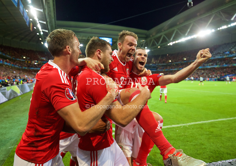 LILLE, FRANCE - Friday, July 1, 2016: Wales' goal-scorer Sam Vokes celebrates scoring the third goal against Belgium with team-mates Andy King, captain Ashley Williams, Chris Gunter and Gareth Bale during the UEFA Euro 2016 Championship Quarter-Final match at the Stade Pierre Mauroy. (Pic by David Rawcliffe/Propaganda)