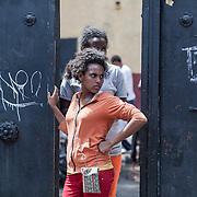 Quasi 800 profughi di cui più di 100 bambini vengono ospitati nella struttura di accoglienza Baobab di Via Cupa a Roma. La struttura può accogliere circa 220 migranti. Semplici cittadini e il gruppo SEL hanno raccolto generi alimentari da distribuire agli all'interno della struttura. Una donna davanti all'ingresso del Centro Baobab