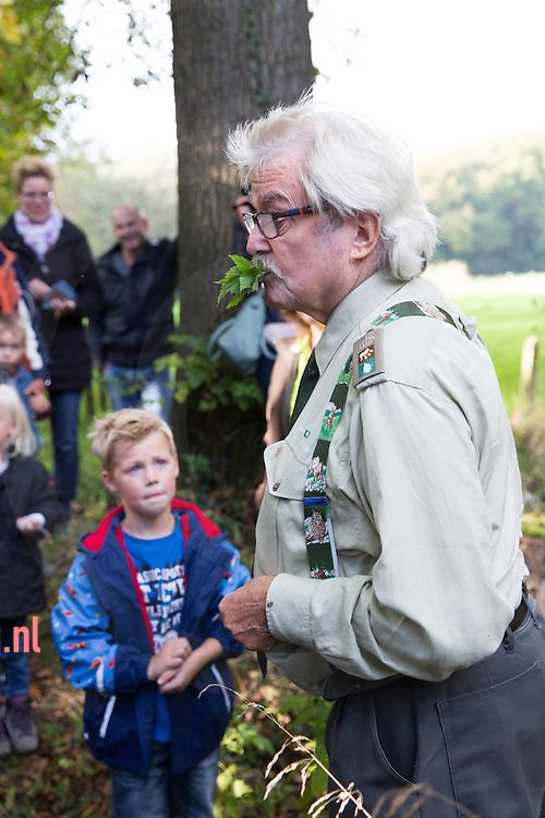 nederland, enschede 15okt 2014 'Op stap met de boswachter' woensdagmiddag activiteit van Landschap Overijssel op Hof Espelo nabij Enschede. De boswachter vertelt over zijn beroep en over de natuur. LET OP! ©Fotografie: Annabel Jeuring - via hetoog.nl