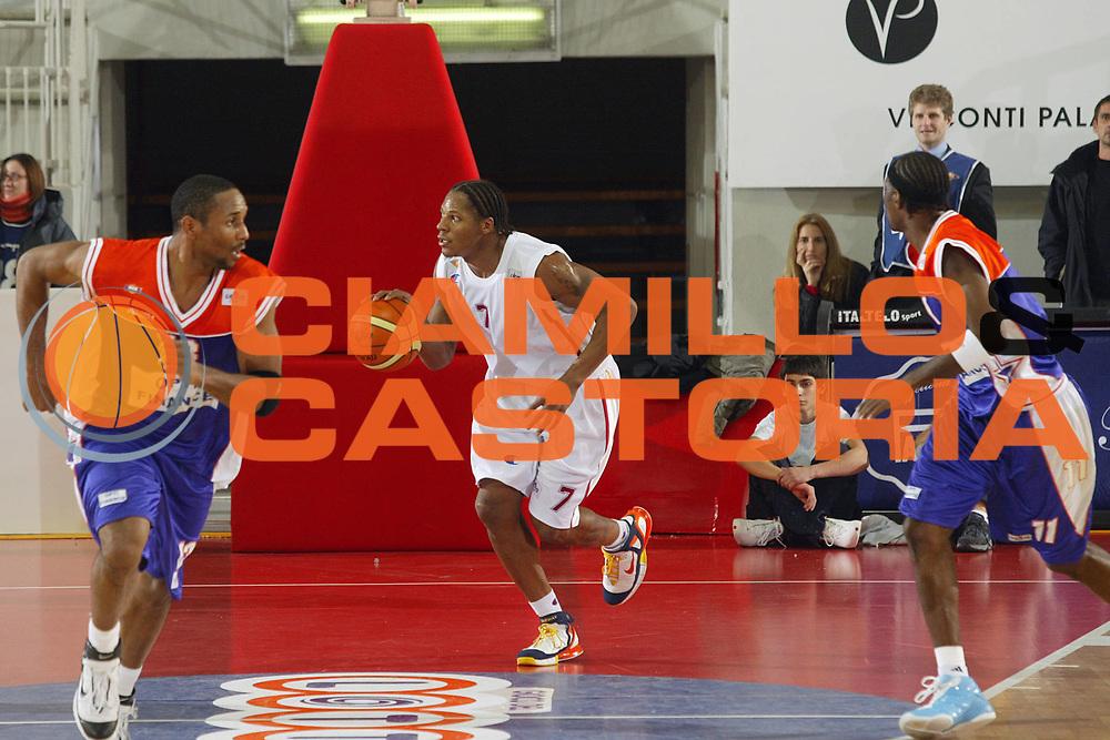 DESCRIZIONE : Roma Uleb Cup 2005-06 Lottomatica Virtus Roma Le Mans Sarthe Basket <br /> GIOCATORE : Hawkins <br /> SQUADRA : Lottomatica Virtus Roma <br /> EVENTO : Uleb Cup 2005-2006 <br /> GARA : Lottomatica Virtus Roma Le Mans Sarthe Basket <br /> DATA : 06/12/2005 <br /> CATEGORIA : Palleggio <br /> SPORT : Pallacanestro <br /> AUTORE : Agenzia Ciamillo-Castoria/G.Ciamillo
