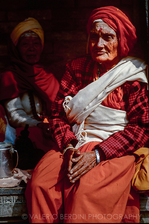 Hindu women in the hindu complex of Pashupatinath