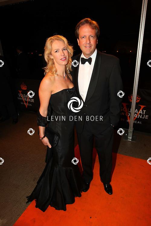 KATWIJK - Alexander Pechtold met zijn vrouw zaterdag op de oranje loper van de galapremiere van Soldaat van Oranje - de Musical in de Theater Hangaar op de oude vliegbasis Valkenburg bij Katwijk. FOTO LEVIN DEN BOER - PERSFOTO.NU