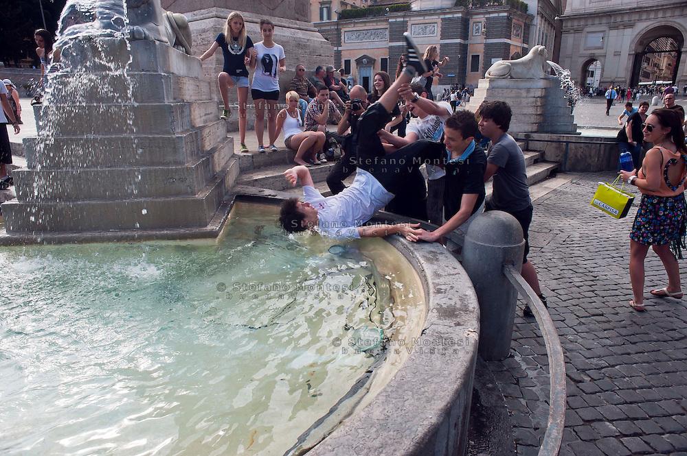 Rome  8  Giugno 2012.Un ragazzo viene gettato nella fontana di  Piazza del Popolo per festeggiare la fine dell'anno scolastico