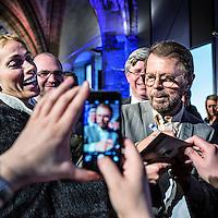 Duitsland, Aken, 28 april 2016.<br /> Uitreiking Europees eremetaal aan Songfestival.<br /> In -het stadhuis aan de Markt in Aken wordt een Europese onderscheiding uitgereikt aan het Eurovisie Songfestival, vanwege de bijdrage van dat evenement aan de Europese eenheid en identiteit. Om 16.30 begint in de Rode Zaal een persconferentie met o.a. Bjorn Ulvaeus (een van de B's van Abba) die de laudatio zal houden.<br /> Op de foto: Fans willen op de foto  en een handtekening van voormalig Abba bandlid  Bjorn Ulvaeus.<br /> <br /> Foto: Jean-Pierre Jans
