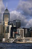 Hong Kong. British base - Prince of Walles  -   before destruction   / la base militaire britannique Prince of Walles -  au pied des immeubles du central Plaza à Wanchai avant sa destruction . Le port sera renfloué en 1994 et transformé en terrain constructible. Seul le bâtiment appelé bouteille de gin à l'envers (car il en a la forme), sera rendu a l'armée chinoise.  La nouvelle base maritime a été établie sur l'île de Stonecutters et sera rétrocédée à l'armée chinois avec 28 autres sites militaires  / R00057/1    L940704b  /  P0000326