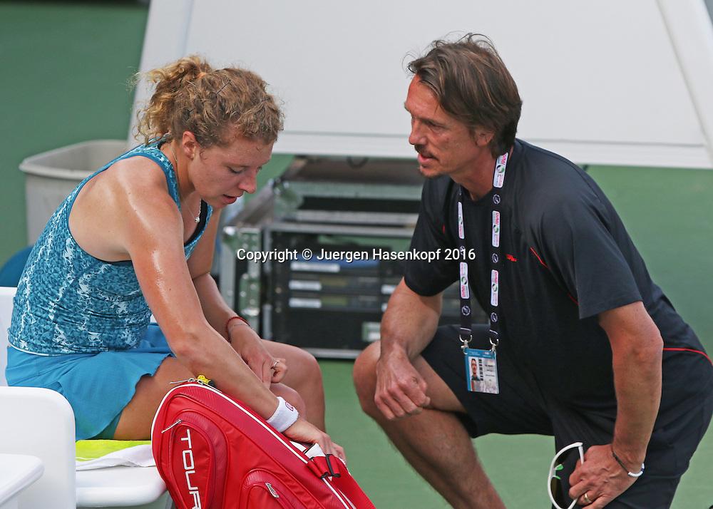 Anna-Lena Friedsam (GER) spricht mit Trainer Kai Heinicke in der Spielpause<br /> <br /> Tennis - Dubai Tennis Championships 2016 -  WTA -  Dubai Duty Free Tennis Stadium - Dubai  -  - United Arab Emirates  - 13 February 2016.