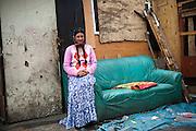 archief/illustatie<br />  <br /> <br /> Vrouw in Romakamp in Stains, Groot Parijs, 7 april 2010.<br /> <br /> Bidonville à Stains, 8.5 km de Paris, le puits d'eau est situé à 500 mètres du bidonville, 07 avril 2010