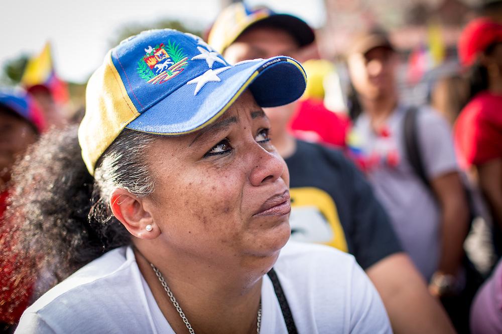 Una mujer simpatizante del gobierno del presidente venezolano, Nicolás Maduro manifiestan en las afueras del Cuartel de La Montaña, sector 23 de Enero, para recordar el primer aniversario de la muerte del presidente Hugo Chávez Frías. Caracas, 05 de marzo de 2014. (Foto/Ivan Gonzalez)
