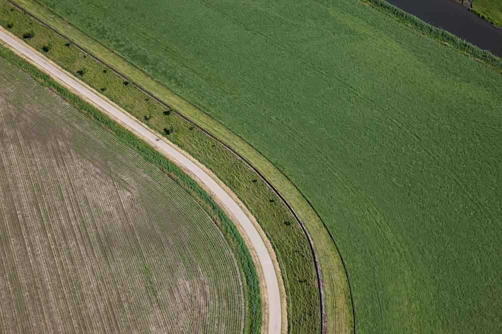 Nederland, Zeeland, Zuid-Beveland, 12-06-2009; Anna Mariapolder, ten Westen van Ossendecht, de lijnen op de dijk bestaan uit muraltmuurtjes..Deze muurtjes, naar een idee van ir. R.R.L. de Muralt, bestaan uit prefabricated betonen elementen en zijn in de jaren tussen 1906 en 1935 op de dijken in Zeeland geplaatst. Een alternatieve dijkverhoging, waarvoor je het dijklichaam niet hoefde te verbreden. Na de Ramp van 1953 zijn de muurtjes vrijwel overal opgeruimd. In deze polder, inmiddels beschermd door verder gelegen zeedijk, zijn nog restanten te vinden. .luchtfoto (toeslag), aerial photo (additional fee required).foto/photo Siebe Swart