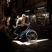 The man with the blue bike. Inside Damascus Bazaar, Syria. L'homme au vélo bleu, dans le souk de Damas, Syrie.