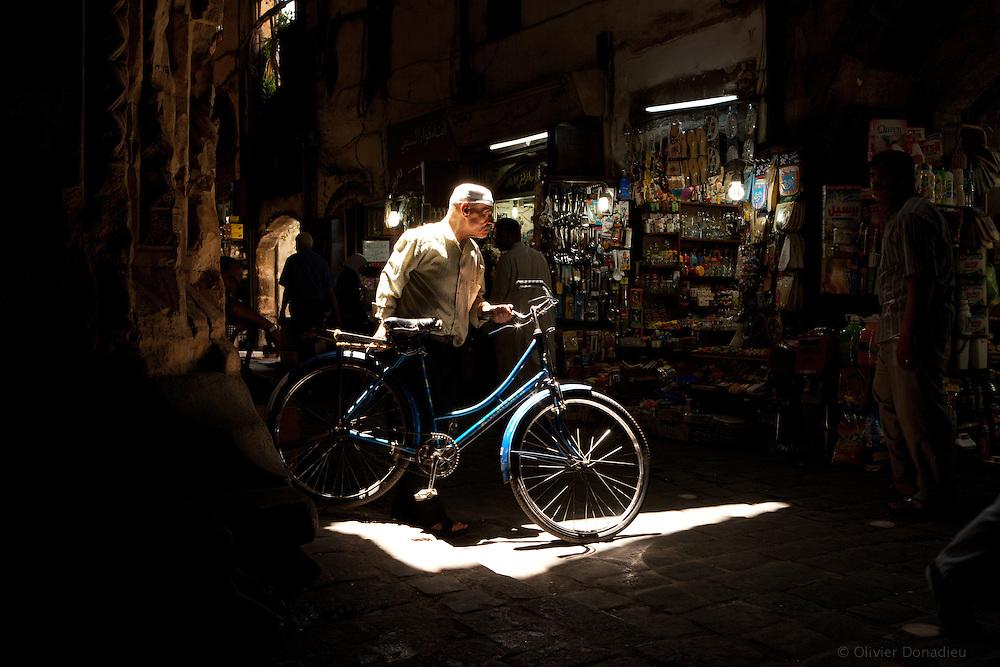 The man with the blue bike. Inside Damascus Bazaar, Syria. L'homme au vélo bleu, dans le souk de Damas, Syrie.