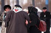 Ein Auschwitz-Überlebender mit Begleiterin vor der Teilnahme an den Gedenkfeiern zur 60. Jährigen Befreiung des Konzentrationslager Auschwitz durch die Rote Armee am 27.01.1945. ..Auschwitz Birkenau am 27.01.2005.