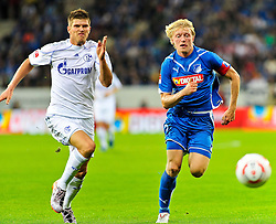10.09.2010, Rhein-Neckar-Arena, Sinsheim, GER, 1. FBL, TSG Hoffenheim vs Schalke 04, im Bild Klaas-Jan Huntelaar (Schalke #25) im Laufduell mit Andreas Beck (Hoffenheim GER #2), EXPA Pictures © 2010, PhotoCredit: EXPA/ nph/  Roth+++++ ATTENTION - OUT OF GER +++++