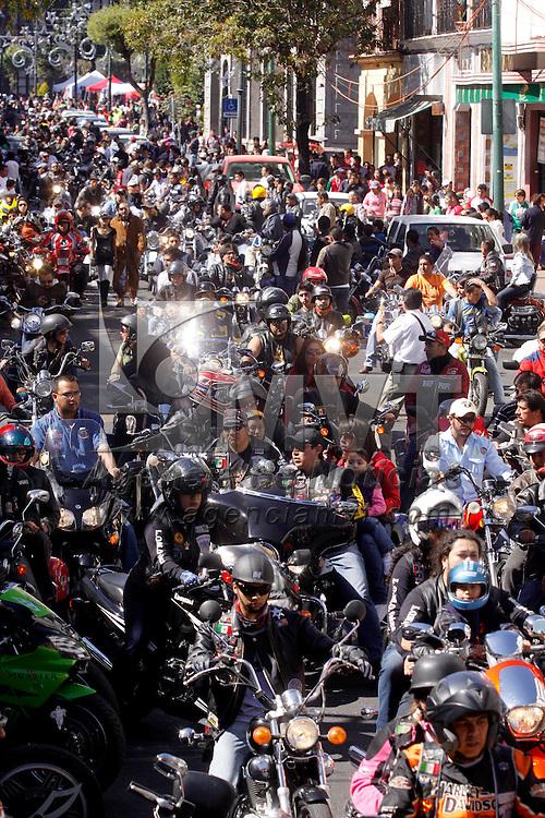 Toluca, Mex.- Motociclistas de diversas partes del Estado de M&eacute;xico se dieron cita plaza de los Mart&iacute;rez para dar un recorrido por la ciudad de Toluca, familias toluque&ntilde;as vieron el paso de cientos de motociclistas que luc&iacute;an sus potentes maquinas. Agencia MVT / Crisanta Espinosa. (DIGITAL)<br /> <br /> NO ARCHIVAR - NO ARCHIVE