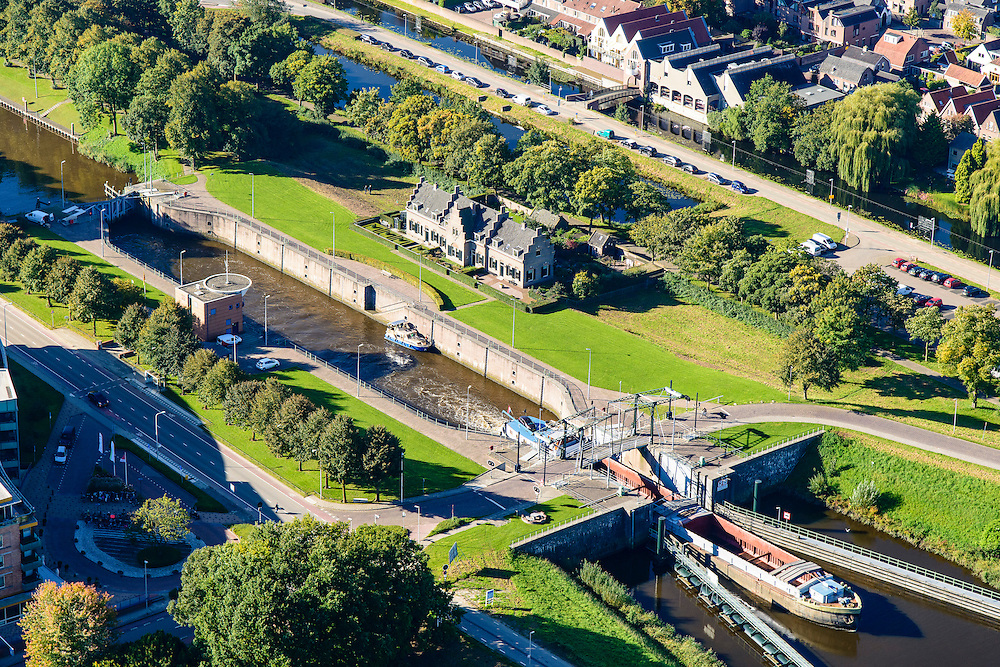 Nederland, Utrecht, Gemeente Vianen, 30-09-2015; rivier de Lek en sluis bij ingang Merwedekanaal.<br /> <br /> River Lek and lock entering Merwede canal.<br /> luchtfoto (toeslag op standard tarieven);<br /> aerial photo (additional fee required);<br /> copyright foto/photo Siebe Swart