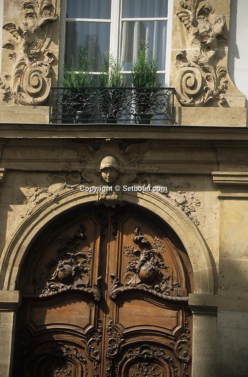 France. Paris. 7th district. door / 4 rue monsieur le prince, 75006       / Porte   4 rue monsieur le prince, 75006