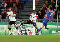 Basel, 7. Dezember 2011, Fussball Champions League, FC Basel - Manchester United, Basels Marco Streller erzielt das Tor zum 1:0 gegen Manchesters Rio Ferdinand und Patrice Evra (Pascal Muller/EQ Images)