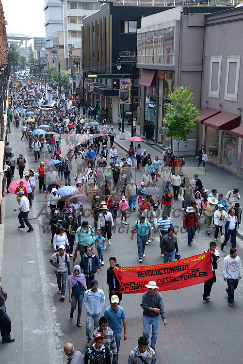 Toluca, México.- Maestros integrantes del Magisterio Mexiquense contra la Reforma Educativa (MMCRE) marcharon por las principales calles de Toluca rechazando la reforma educativa y exigiendo un alto a la violencia que se vive en la entidad mexiquense. Agencia MVT / Crisanta Espinosa