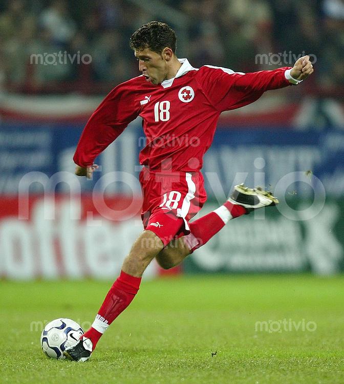 FUSSBALL INTERNATIONAL Euro Quali 2004  Russland 4 -1 Schweiz Mailaim Rama (SUI) am Ball