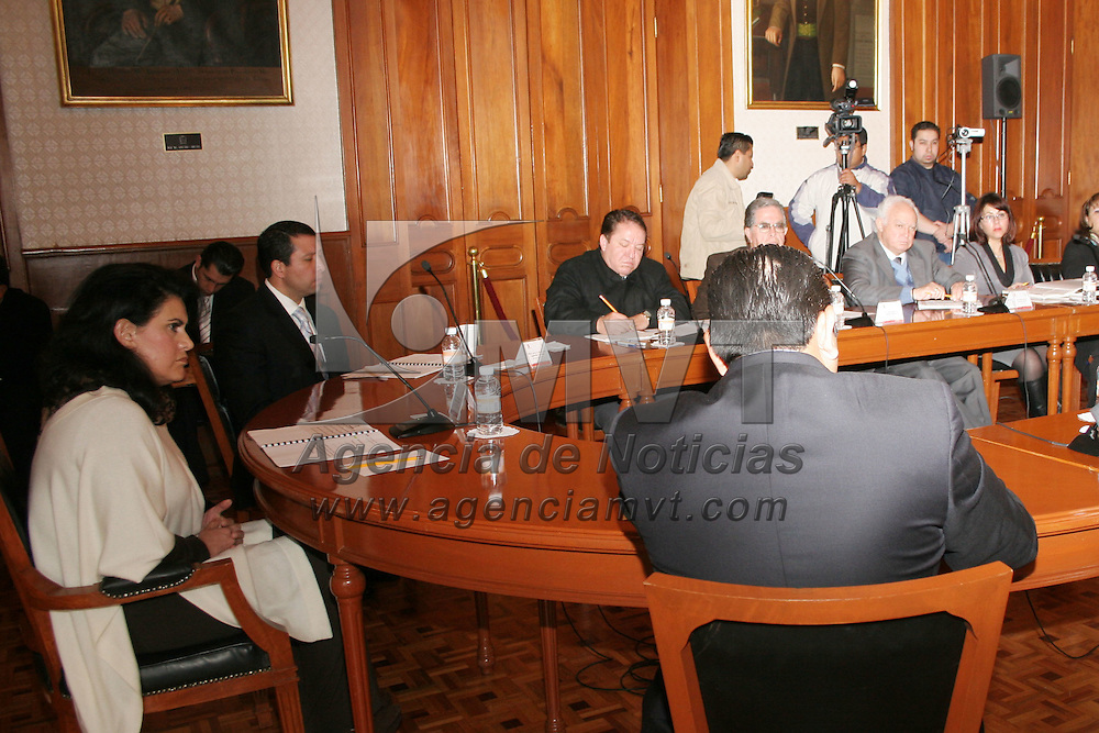 TOLUCA, México.- María Elena Barrera Tapia, presidenta municipal de Toluca, presidia la primera reunión de cabildo del 2010, donde se aprobó que a través de la rifa de 3 autos incentivarán a la gente al pago del predial y del agua. Agencia MVT / José Hernández. (DIGITAL)