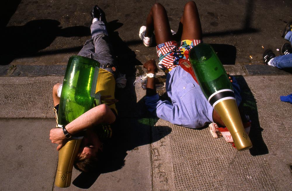ENGLAND - Gro&szlig;britannien - Fu&szlig;ballfans - Hooligans<br /> Hier: nach der Meisterfeier von Arsenal London - Betrunkene Fans<br /> mit gro&szlig;en Plastik-Sektflaschen liegen auf der Strasse in der Sonne ...<br /> London 04/1989