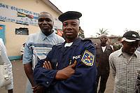 26 SEP 2006, KINSHASA/CONGO:<br /> Kongolesischer Polizist auf der Strasse <br /> IMAGE: 20060926-01-148<br /> KEYWORDS: Kongo, police