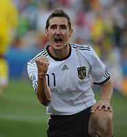 FUSSBALL WM 2010   ACHTELFINALE      27.06.2010 Deutschland - England JUBEL  Deutschland Torschuetze zum 1-0;  Miroslav KLOSE