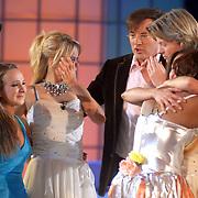 NLD/Hilversum/20070302 - 8e Live uitzending SBS Sterrendansen op het IJs 2007 de Uitslag, Sita Vermeulen en Nina Ulanova en Thomas Berge huilend terwijl Jasmine getroost word