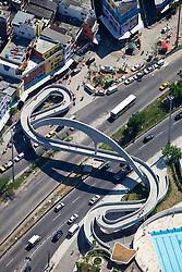Rio de Janeiro visto de cima. passarela da Rocinha, projetada por Oscar Niemeyer. A Rocinha eh um bairro-favela localizado na cidade do Rio de Janeiro, no Brasil. Destaca-se por ser uma das maiores favelas da cidade, contando com cerca de 60 mil habitantes.. / Rocinha walkway, designed by Oscar Niemeyer. Rocinha is the largest favela in Rio de Janeiro. It is located in Rio's South Zone, between the districts of Sao Conrado and Gavea. It is built on a steep hillside overlooking the city, just one kilometre from the beach.