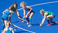 RIO DE JANEIRO (Brazilie) - De dames  van Oranje trainen vanmiddag in het Olympische hockeystadion . Maria Verschoor aan de bal tussen Willemijn Bos en Naomi van As.    COPYRIGHT KOEN SUYK