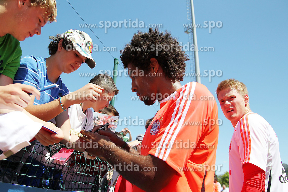 16.07.2012, Stadion, Arco, ITA, FC Bayern Muenchen Trainingslager, im Bild DANTE (FC Bayern Muenchen) gibt fleissig Autogramme // during a Trainingssession of the German Bundesliga Club FC Bayern Munich at the Stadium, Arco, Italy on 2012/07/16. EXPA Pictures © 2012, PhotoCredit: EXPA/ Eibner/ Alexander Neis..***** ATTENTION - OUT OF GER *****
