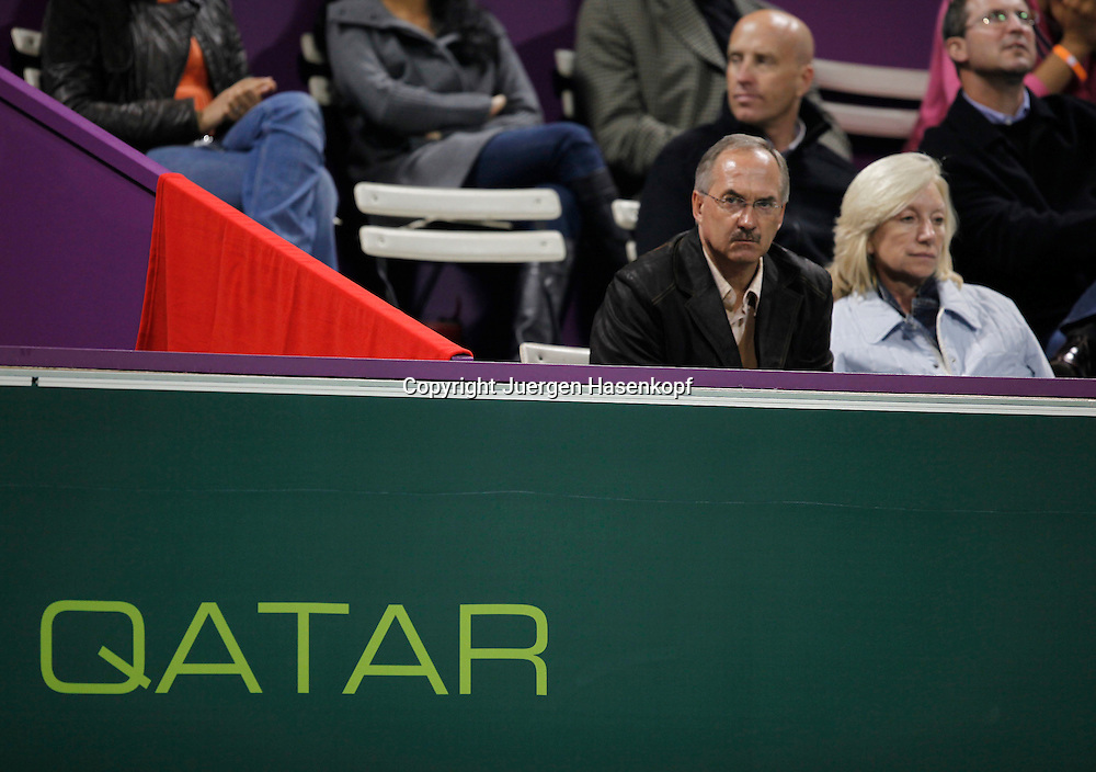 Qatar Exxon Mobil  Open 2010, 250 ATP World Tour, Herren Tennis Turnier in Doha, Khalifa International Tennis Complex, Fussball Trainer Ulli Stielike und Frau Doris als Zuschauer beim Tennis,....Photo: Juergen Hasenkopf....