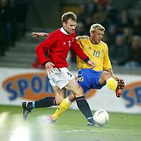 Fotball, 17. april 2002. Landskamp herrer, Norge v Sverige (Norway v Sweden 0-0), Ullevaal stadion. Marcus Allbäck, Sverige, mot Erik Hoftun, Norge.