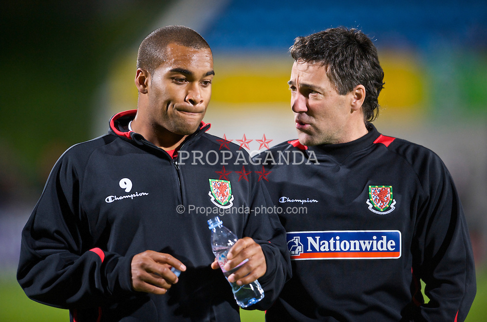 VADUZ, LIECHTENSTEIN - Wednesday, October 14, 2009: Wales' Jermaine Easter and assistant coach Dean Saunders before the 2010 FIFA World Cup Qualifying Group 4 match against Liechtenstein at the Rheinpark Stadion. (Pic by David Rawcliffe/Propaganda)
