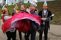 Mannheim. 10.02.18 | <br /> N&auml;rrische Bootsfahrt mit dem Mannheimer Stadtprinzenpaar Miriam I. und Marcus I. <br /> Danch kleiner Umzug mit Gefolge zum Mannheimer Marktplatz &uuml;ber die Planken zum Wasserturm mit Fahrt im Riesenrad.<br /> - KKM Pr&auml;sident Thomas D&ouml;rner tr&auml;gt Miriam I. zum Boot.<br /> Bild: Markus Prosswitz 10FEB18 / masterpress (Bild ist honorarpflichtig - No Model Release!) <br /> BILD- ID 00083 |
