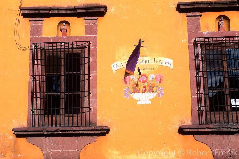 MEXICO, SAN MIGUEL ALLENDE colonial windows near El Jardin plaza