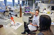 Nederland, Nijmegen, 21-4-2011Een studente tandheelkunde geeft uitleg aan een vrijwilliger, proefpersoon, over haar gebit aan de hand van een gebitsfoto op een beeldscherm.Foto: Flip Franssen