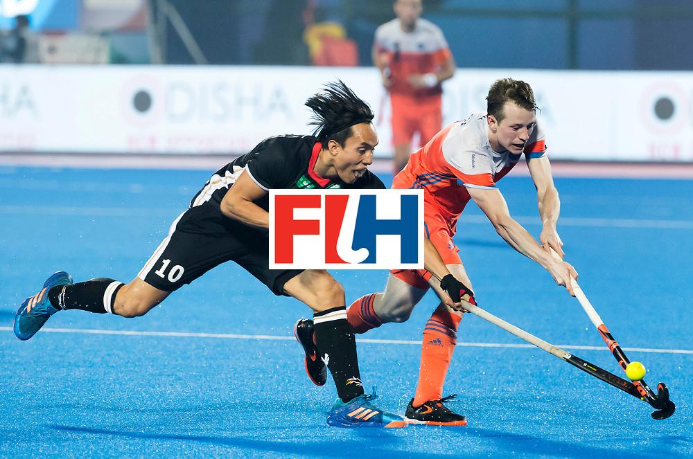 BHUBANESWAR - Seve van Ass (Ned) in duel met Dan Nguyen (Ger) tijdens de Hockey World League Finals , de kwartfinale wedstrijd Duitsland-Nederland.   COPYRIGHT KOEN SUYK