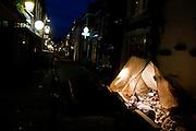 In de avond worden reparaties uitgevoerd onder de grond in het centrum van Utrecht
